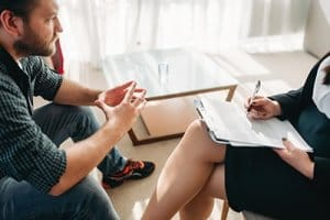 client and therapist discussing a cocaine detox center Houston provides
